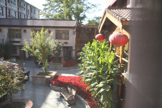 Red Wall Garden Hotel: View from Suite 106 bedroom overlooking the courtyard with fish pond