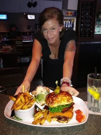 Rusty's Sports Lounge: The bacon cheddar burger