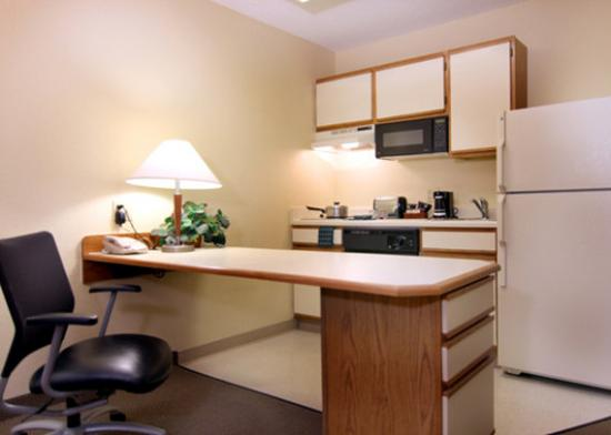 MainStay Suites Greenville Airport: Kitchen
