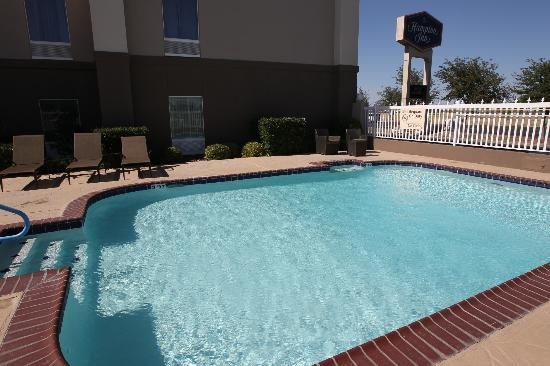 Hampton Inn Odessa: Newly renovated outdoor pool and lounge chairs