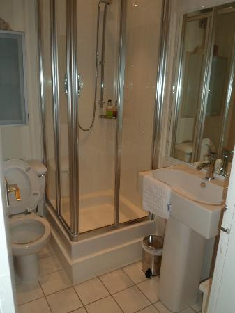 Sheridan Guest House: Modern bathroom