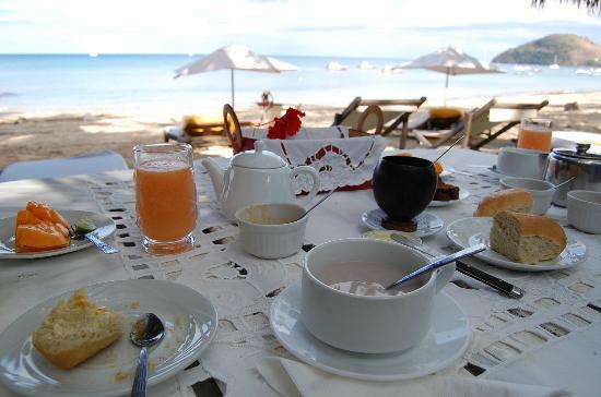 Hotel Gerard et Francine: Le petit déjeuner servi devant la plage
