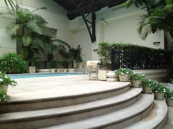 Loi Suites Recoleta Hotel: La piscine et la salle à manger font un seul