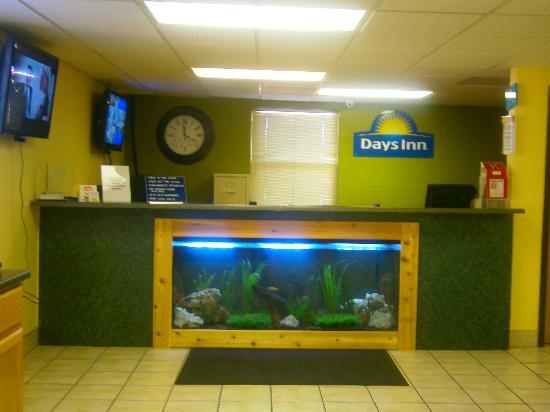 Days Inn Wichita North: AQUARIUM IN THE LOBBY