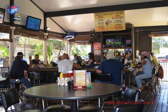BackStreets Sports Bar: Outdoor bar