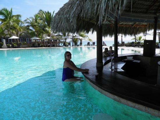 Sanctuary Cap Cana by Playa Hotels & Resorts: The swim up bar at the mainpool