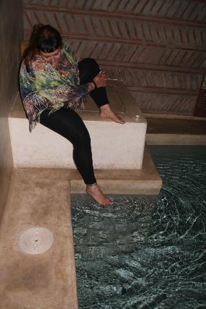 Dar Kamar Zamane : En la piscina