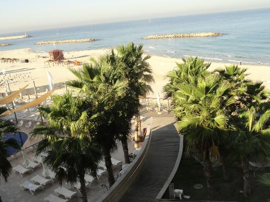 Daniel Herzliya Hotel: Looking at the beach from our room