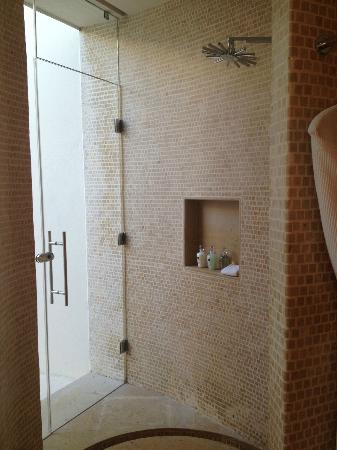Rosewood Mayakoba: Shower and exit to outdoor shower in LAGOON VIEW SUITE