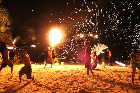 Erakor Island Resort & Spa: Firedancers at melenesian feast night
