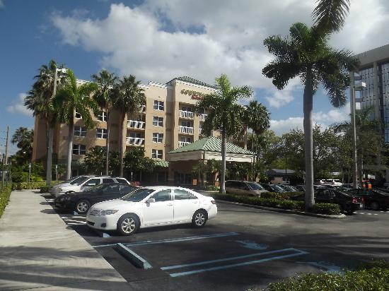 Courtyard Miami Aventura Mall: Fachada do hotel Courtyard Aventura