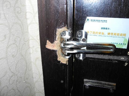 GreenTree Inn Shanghai Yan'an Middle Road : looks like break in damage