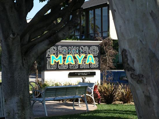 Hotel Maya - a DoubleTree by Hilton Hotel: Hotel Entrance