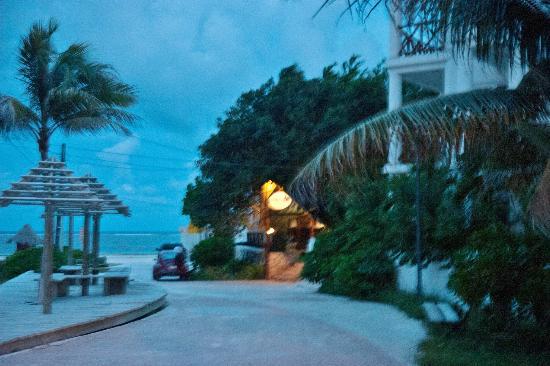 Amar Inn B&B: Walk to the beach from Amar Inn