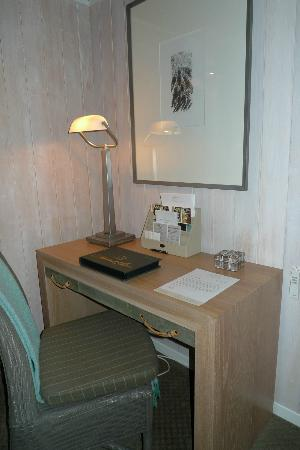 Huka Lodge: Writing table