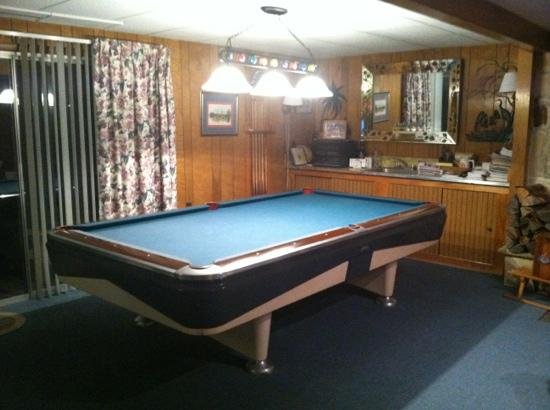 ‪‪Mountain Meadows Bed & Breakfast‬: pool table in common room