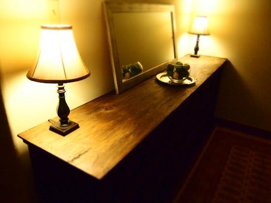 Casa Menta Antigua : A shelf in the living room
