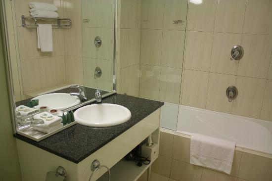 Rydges Port Macquarie: Bathroom