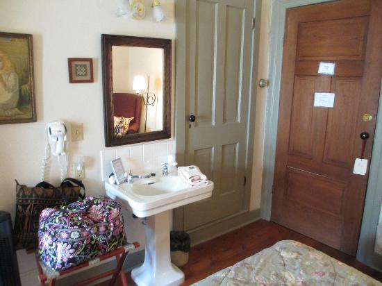 The Stagecoach Inn Bed and Breakfast: Sink in Room