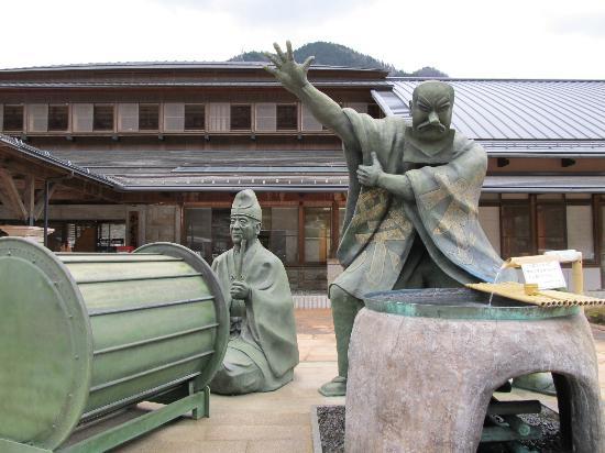 Iida, Japan: エントランスには銅像
