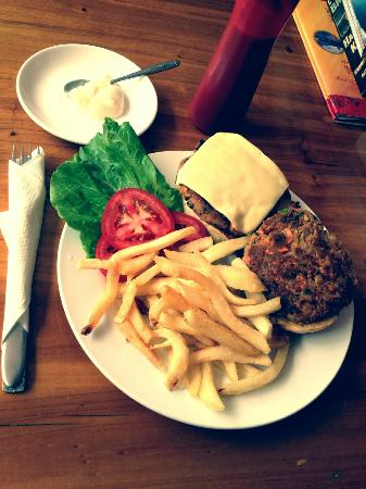 YangShuo DengLong FengWei Guan: Kelly's famous Veggie Burger!