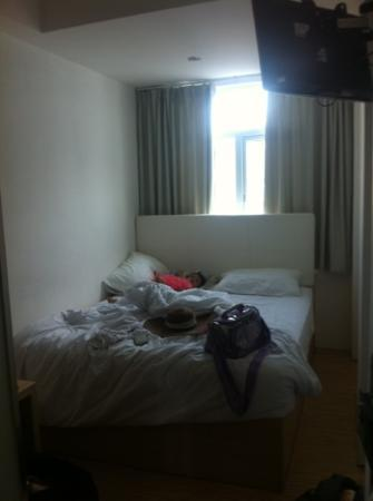 Q Hotel Bali: Deluxe room: the bed, with the street view.. little bit noisy at night