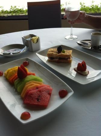 Blanca Blue Restaurant & Lounge : super fresh and sweet fruit plate