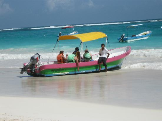 Playa Paraiso: One of the local tour boats.