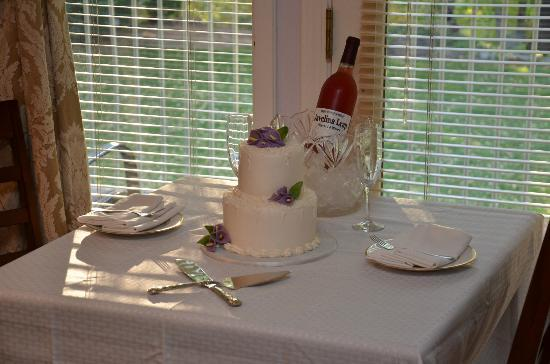 Creekside Inn at Sedona : Cake and Wine