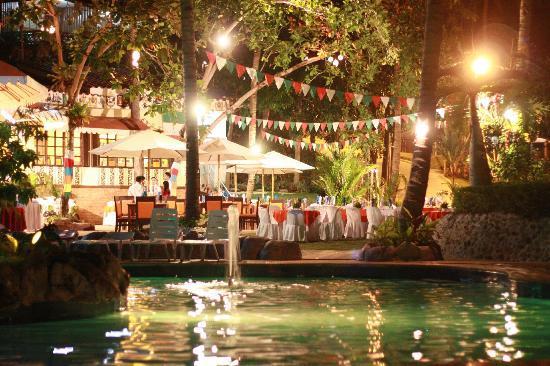 Dakak Park & Beach Resort: Il Patio at night