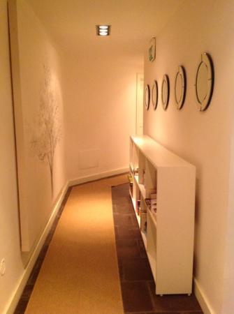 Un pasillo de la casa con linda decoracion fotograf a - Decoracion de entradas y pasillos modernos ...