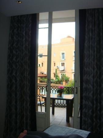 كاتالونيا بورتال دو لانجل: Big palace doors leading onto terrace 