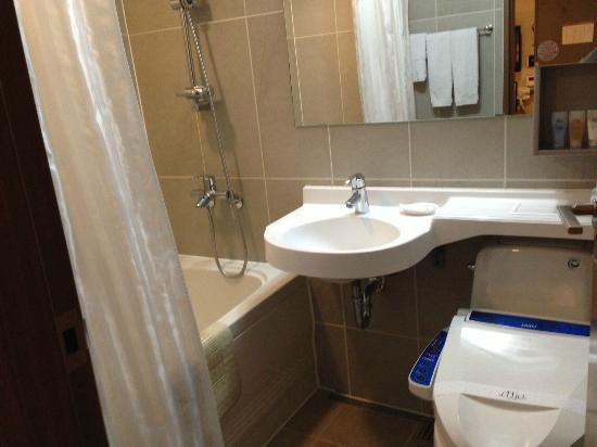 Hotel Jhill: バスルーム トイレにはウオシュレットがついていました。
