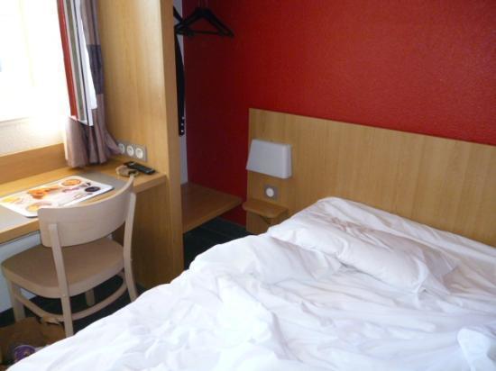 B&B Hotel Villeneuve Loubet Plage : espace autour du lit