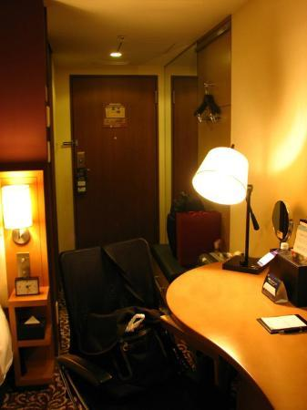 Hotel Ryumeikan Tokyo: Writing table and door of the room