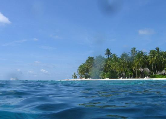 Fihalhohi Island Resort: View to the Eastern corner of the North beach from the sea