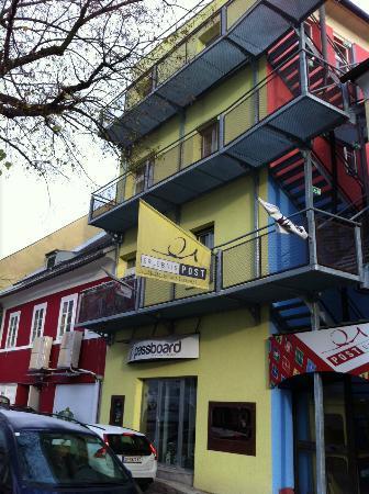 Erlebnis Post Stadthotel -  Hotel mit EigenART: L'hôtel vue côté parking et Eglise