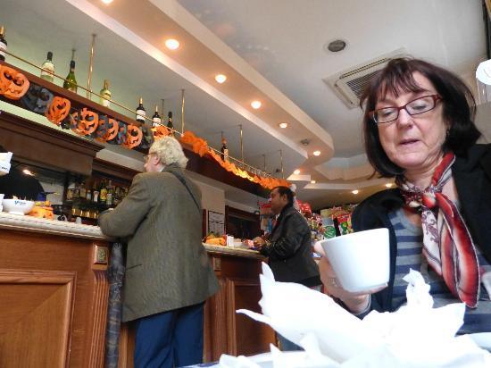 Pratinn Vatican Guest House: Breakfast in the bar