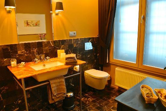 Huis Koning: opulent bathroom