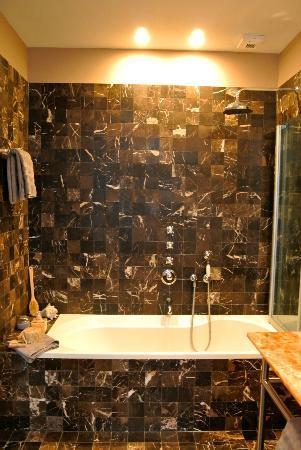 Huis Koning: bath-time: shower & bath 