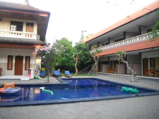 Suriwathi Beach Hotel: Pool Area