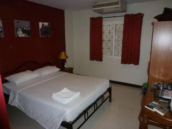 Khaosan Palace Hotel: La chambre avec mur en béton à 2 m. derrière la fenêtre
