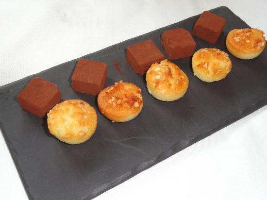 Restaurant Can Jepet: Petit fours para el café