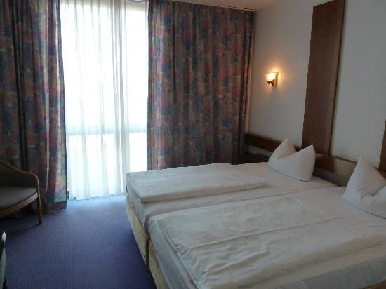 Days Inn Leipzig Messe: Our room with large window.
