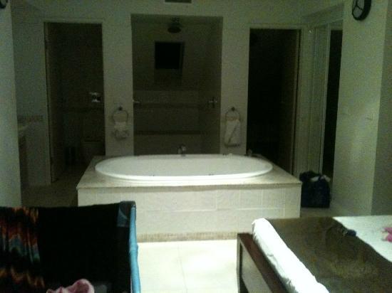 آت بلو هورايزون ريزورت أبارتمنتس: my spa and bathroom in my room the main room upstairs 