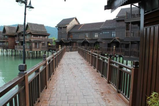 Langkawi Lagoon Resort: The walk way to rooms in Sea Village. U c fishes playing in water