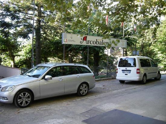 Hotel Arcobaleno : Parkfläche vor dem Haus