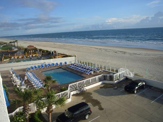 Tropical Winds Oceanfront Hotel: Ausblick vom Balkon