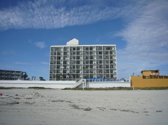 Tropical Winds Oceanfront Hotel: Hotel vom Strand aus