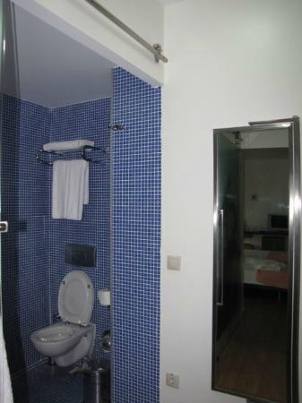 Isil Club Bodrum: Shower in blue
